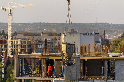 Foto  Construction of a high-rise building