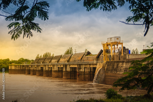 Papel de parede  The Pak Mun Dam, a barrage dam and run-of-the-river hydroelectric plant of the Mun river in Ubon Ratchathani Province, Thailand