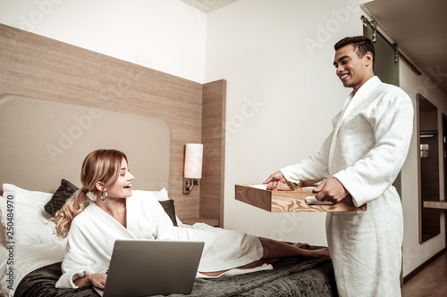 Photo  Caring boyfriend bringing breakfast in bed for appealing girlfriend
