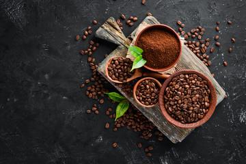 Kawa mielona i ziarna kawy. Asortyment odmian kawy na czarnym tle. Widok z góry. Wolne miejsce na Twój tekst.