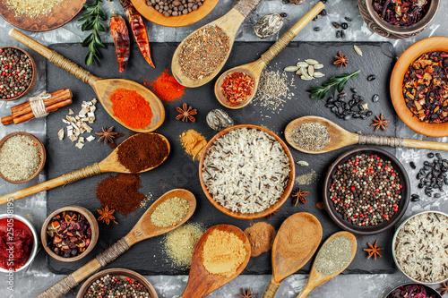 Przyprawy i przyprawy do gotowania w kompozycji na stole