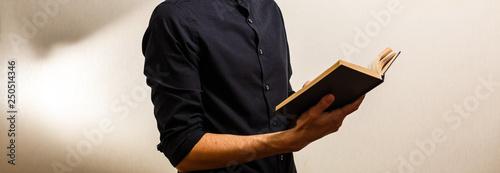 Man Reading bible Book Принти на полотні