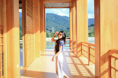 Foto  Woman in japanese wooden room