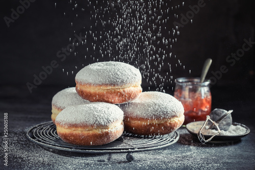 Fotografia Delicious and sweet donuts with powdered sugar