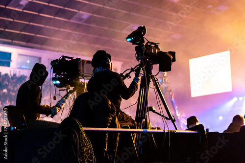 A group of cameramen working during the concert. Tablou Canvas