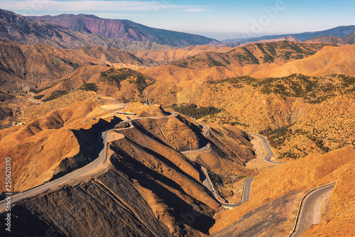 Fotografía  Road through a mountain pass in the Atlas Mountains, Morocco