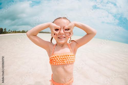 Foto auf AluDibond Sansibar Cute little girl at beach during summer vacation