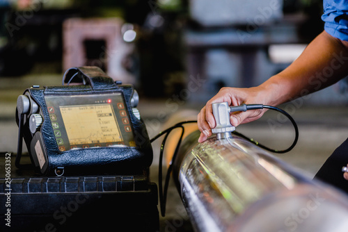 Stampa su Tela Ultrasonic test to detect imperfection or defect of round bar steel raw material in factory, NDT Inspection