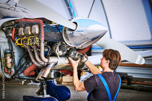 Fotografija Replacing the defective parts of the aircraft service worker.