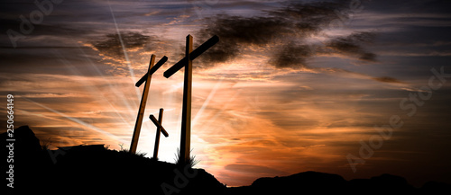 Photo Three crosses on a dramatic sky at sunset