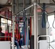 Haltegriffe in einem öffentlichen Verkehrsmittel