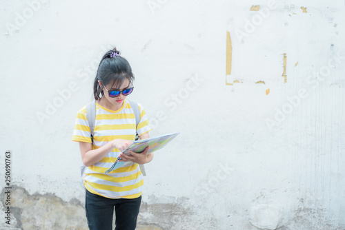 Foto  A woman is looking at a map for traveling,traveling in Thailand,traveling in Chi