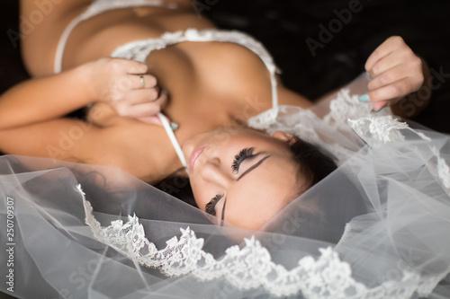 Leinwand Poster Sexy Bride wearing Veil
