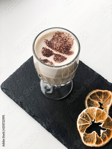 Photo A glass of cocoa with Heisenberg and dried orange