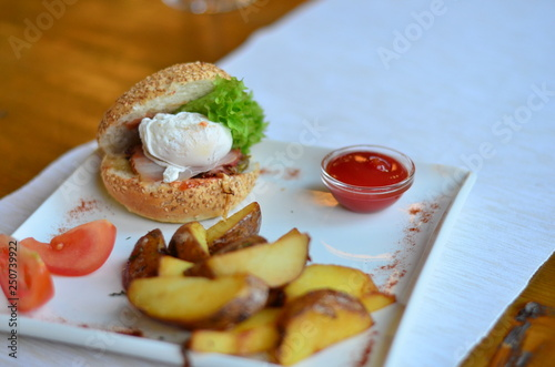 In de dag Voorgerecht fried potatoes sliced with burger and poached egg with sauce