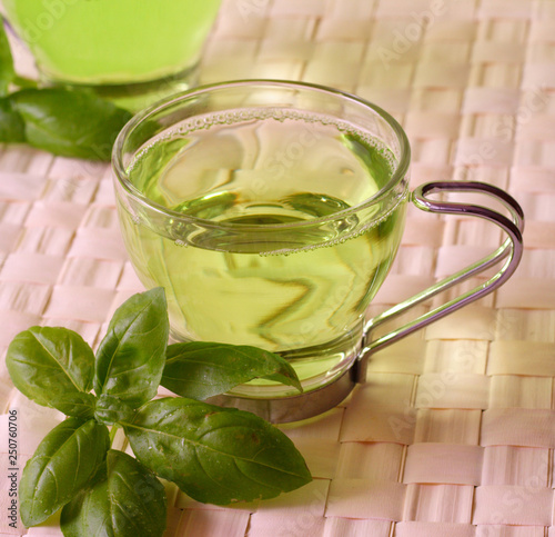 Photo Green tea with herbs, close-up