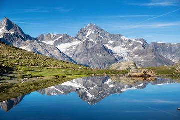 Górskie jezioro w Szwajcarii. Region wysokich gór w ciągu dnia. Naturalny krajobraz w szwajcarskich górach. Szwajcaria krajobraz - obraz