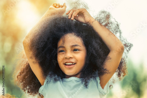 Foto  Happy African American child playing in the park.