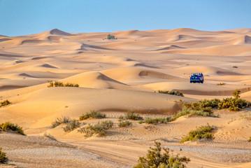 Vintage open top 4x4 SUV na pustyni w Dubaju w Zjednoczonych Emiratach Arabskich