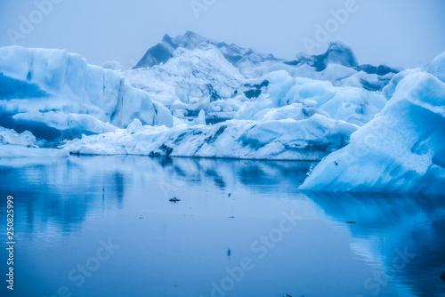 Foto auf Gartenposter Antarktika Icebergs in Jokulsarlon glacial lagoon in Iceland.