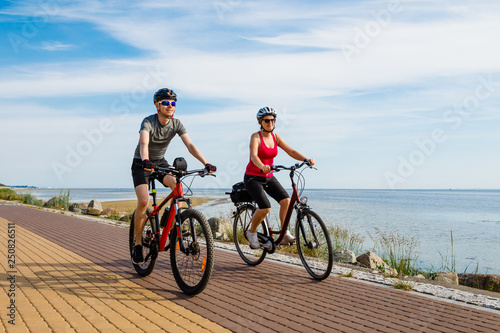 Photo Healthy lifestyle - people riding bicycles