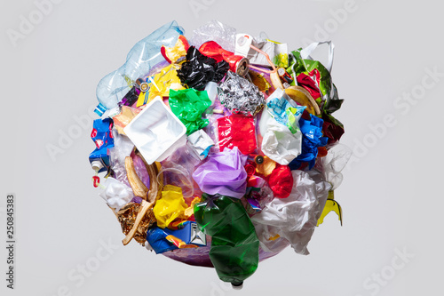 Foto A globe of the earth with trash over white background, the concept of ecology problem and World Environment Day