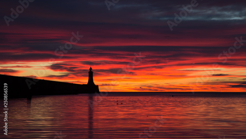 Montage in der Fensternische Kastanienbraun A beautiful sunrise over the North Pier Lighthouse at the mouth of the River Tyne in Tynemouth, England