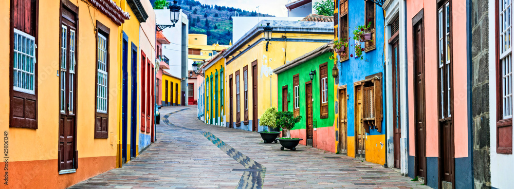 Fototapeta Colorful old streets of Los llanos de Aridane. traditional architecture of  Canary islands. La Palma