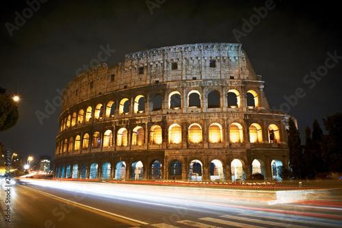 Canvastavla Coloseum nocą italia światła samochodu księżyc