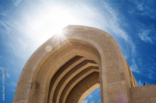 Fotografia Detail of an arch of the Muscat Grand Mosque with sun in backlighting (Oman)
