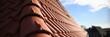 Leinwanddruck Bild Dachdecker Handwerk liefert Ziegeldach Haus. Dachdecken in roter Dachziegel Tradition. Ton Ziegel Textur Banner