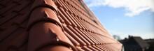 Dachdecker Handwerk Liefert Ziegeldach Haus. Dachdecken In Roter Dachziegel Tradition. Ton Ziegel Textur Banner