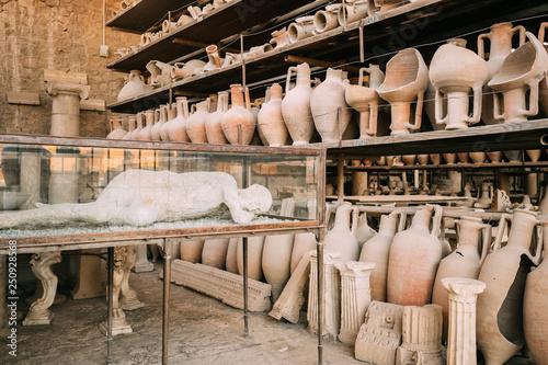 Carta da parati Pompeii, Italy. Artifacts In Granary Of Pompeii