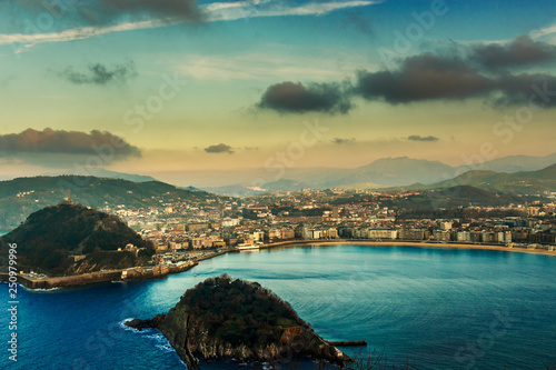 Photo  Aerial view of the resort town of San Sebastian in the mountainous Basque Countr