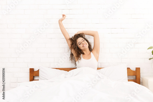 Photo Smiling woman waking up in her bed