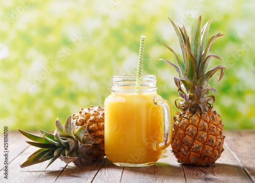 Crédence de cuisine en verre imprimé Jus, Sirop glass jar of pineapple juice with fresh fruits