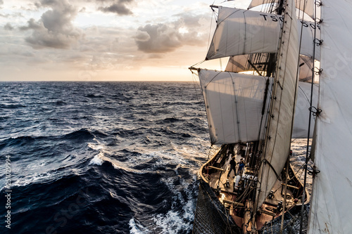 Fotografia Ship sailing on the Atlantic Ocean at sunrise