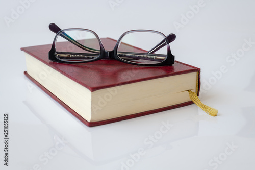 Fotomural Stylish glasses for women with monofocal lenses and book