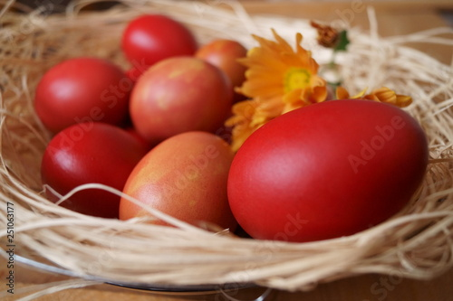 Foto  Easter background with red eggs