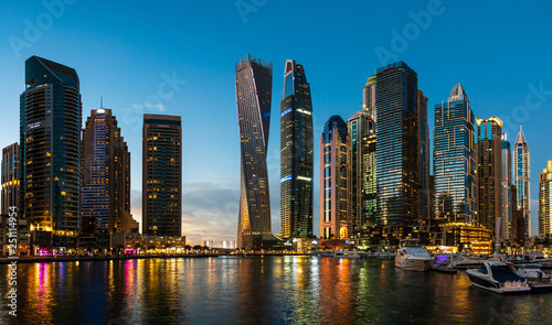 Cadres-photo bureau Dubai Dubai marina modern skyscrapers and luxury yachts at blue hour