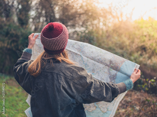 Fotografia  Young hiker woman studying map in nature