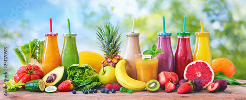 Fotomural  Colorful freshly squeezed fruits and vegetables smoothies with ingredients for h
