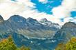 Alpental mit Schnee uf den Gipfeln