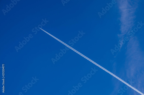 Fotografering Lekko zachmurzone niebo.