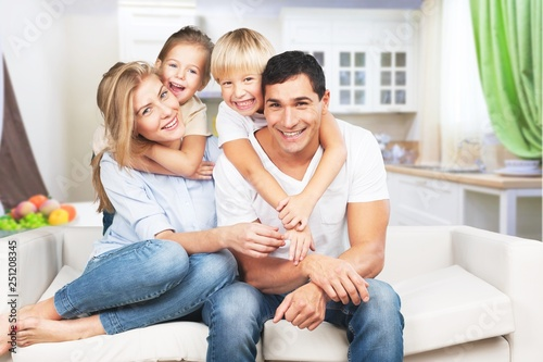 Fotografia  Young  family at home smiling at camera
