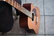 sexy schwarze akustische Gitarre mit super Sound für Reise Straßenmusik. Nahaufnahme auf romantischer Reise.