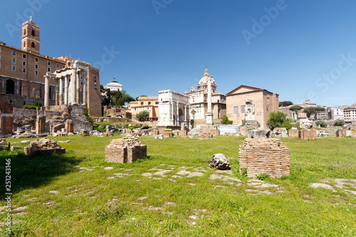 Photo  Roman Forum on a bright, sunny day with a blue sky background