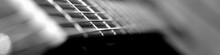 Akustische US-Bass Guitare In Sw Umriss Isoliert Vor Bühne