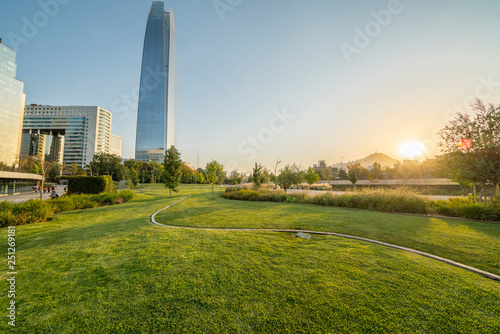 Photo  Sunset at a green park in Santiago de Chile city
