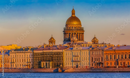 Photo sur Toile Europe de l Est Sunset in Saint Petersburg over the Neva river with the view of the Palace Embankment and the Saint Isaac's Cathedral